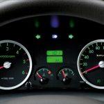 Đồng hồ hiển thị mang phong cách sedan.
